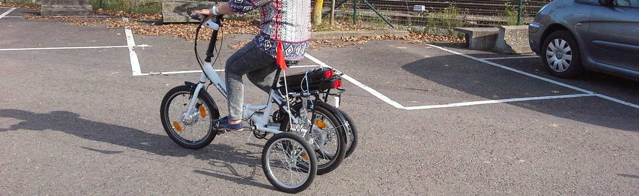 Les enfants s'étonnent de voir une mémé avec les petites roues vélo