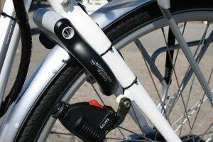 Fixation de dynamo bouteille sur roue de vélo
