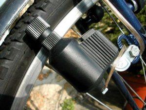 Dynamo bouteille sur une roue de vélo