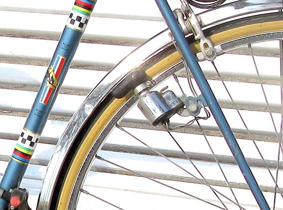 Dynamo placée sur le hauban du cadre du vélo