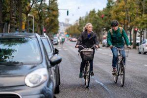 Cyclistes en ville sur la route