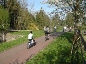 Une famille en randonnée à vélo le long du canal