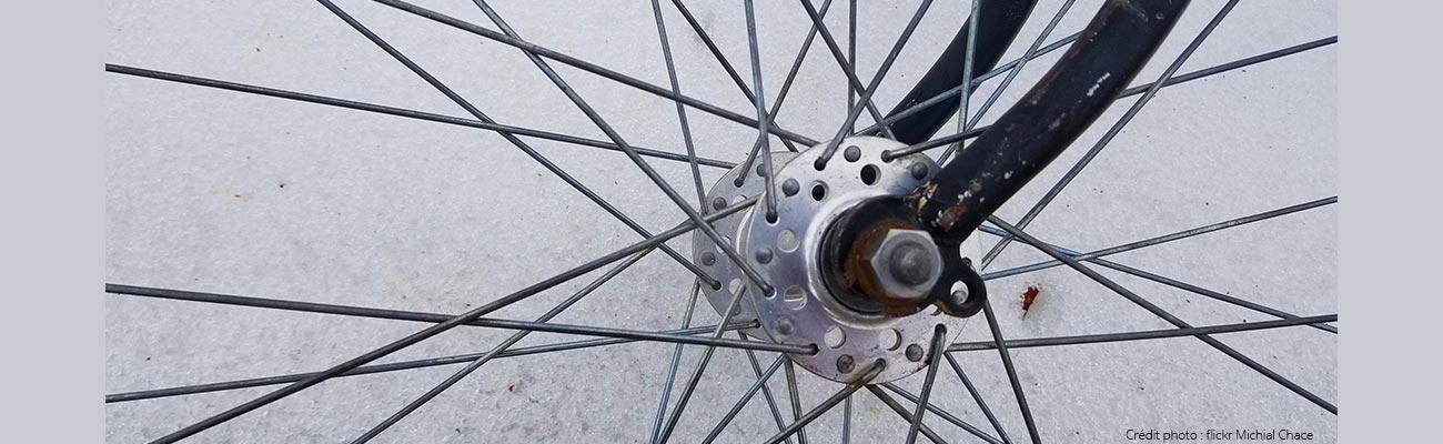 Contrôler et resserrer les moyeux de roue vélo