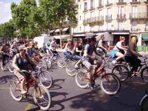 En groupe à vélo en ville