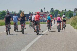 Rouler en groupe à vélo avec des enfants