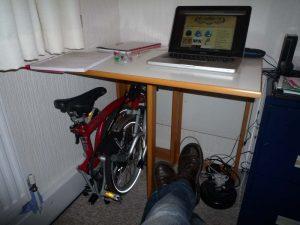 Exemple d'un vélo pliant rangé sous un bureau