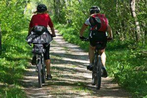 Rester à l'ombre pour faire du vélo avec la chaleur