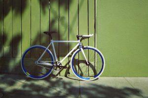 Un vélo en été garé à l'ombre