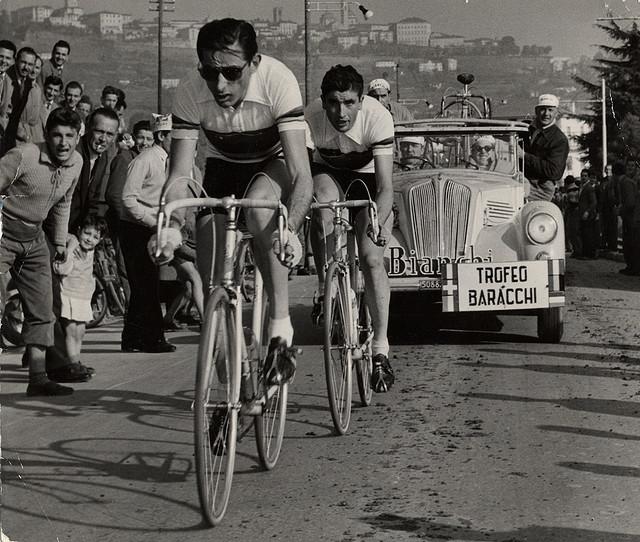 Le cycliste italien Fausto Coppi avec des lunettes vélo