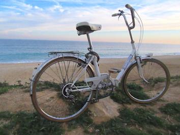 Vieux vélo sur la plage