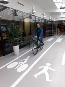 À vélo au boulot dans les couloirs d'une entreprise
