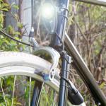 Feu avant sans piles sur panier vélo Reelight Nova