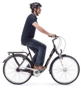 Homme à vélo position droite