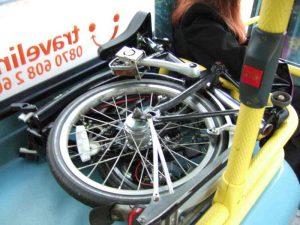 Un vélo pliant dans un bus
