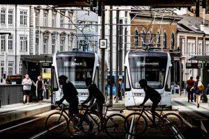 Des vélos traversant une voie de tramway