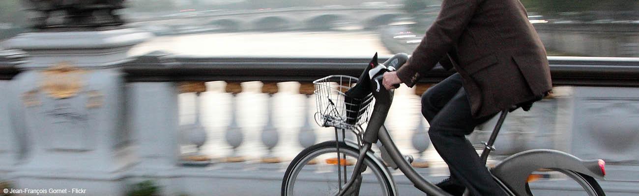 Pistes cyclables parisiennes : voitures et scooters dans le viseur