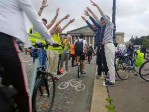 La chaîne humaine pour protéger les pistes cyclables parisiennes
