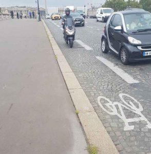 Un scooter sur une piste cyclable à Paris