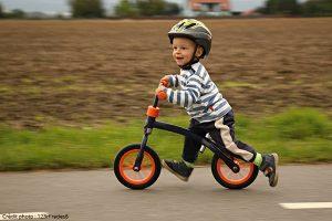 Enfant sur vélo sans pédale