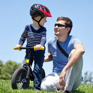 Enfant sur draisienne avec son père