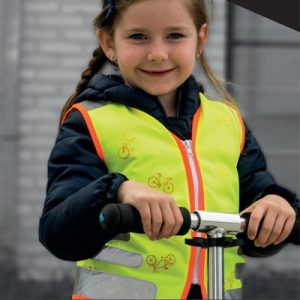 Fillette à vélo avec gilet jaune de sécurité Wowow