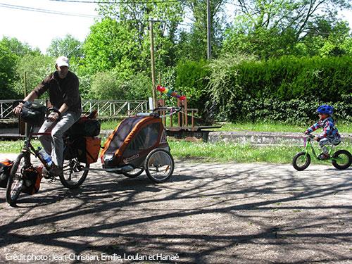 Draisienne tractée sur le vélo parent avec la corde à sauter