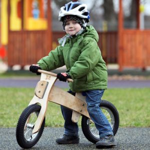 Enfant avec casque sur un vélo sans pédale Dip Dap
