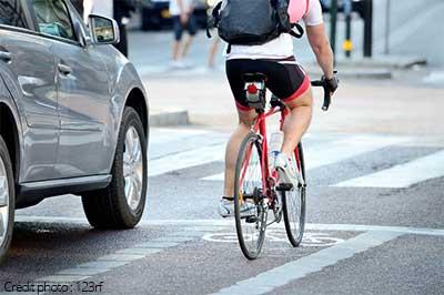 Voiture et vélo côte à côte