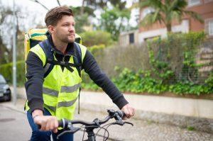 Homme à vélo avec un gilet jaune