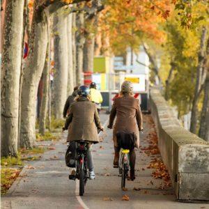 Cyclistes en route pour aller au travail.