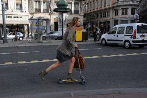 De plus en plus de citadins se déplacent en trottinette