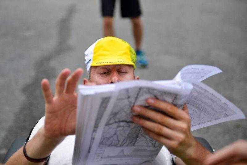 Arnaud Manzanini en pleine étude du road-book
