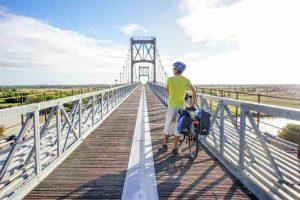 Le pont de Tonnay-Charente traverse le fleuve