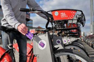 Une carte Pass pass permet aux abonnés de libérer un vélo