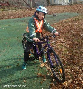 Enfant de Aude sur son vélo