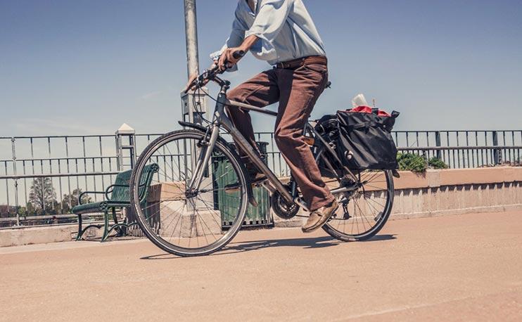 Vélotaffeur équipé sur le chemin du travail
