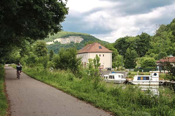 L'EuroVelo 6 à Baume-les-Dames et les falaises en arrière plan