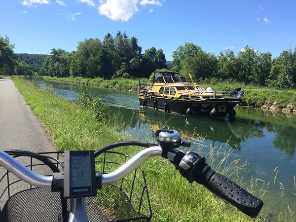 Péniche le long du canal sur leDoubs à vélo