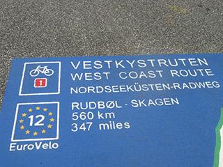 Signalisation de l'EuroVelo 12, véloroute de la Mer du Nord, au Danemark