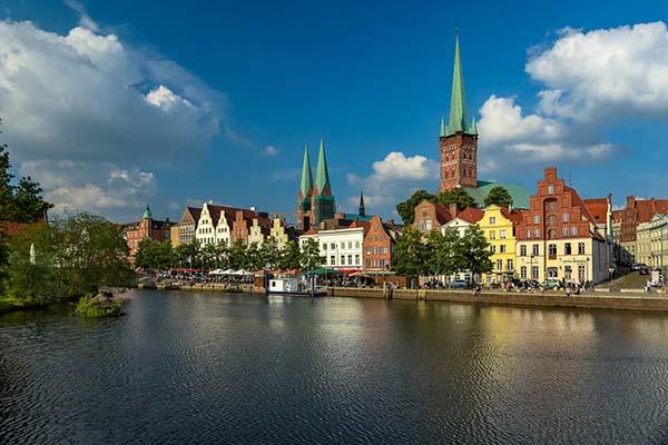 À Lübeck en Allemagne, l'EuroVelo 13 commence à suivre l'Elbe