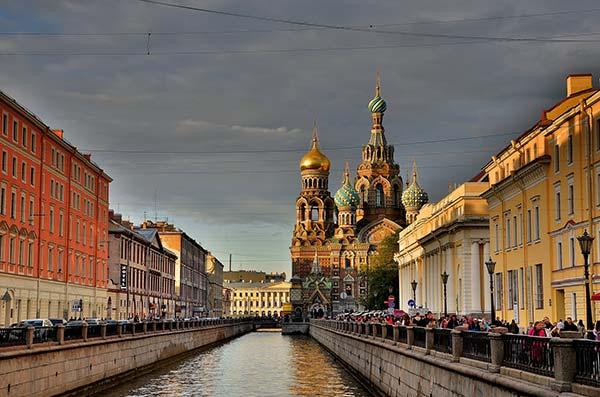 La véloroute traverse l'impériale Saint Petersbourg en Russie