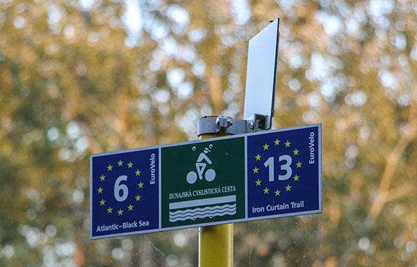 Panneau de signalisation sur l'EuroVelo 13 véloroute du Rideau de Fer
