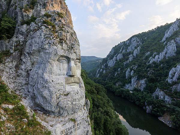 La statue de Décébale surplombe le Danube sur l'EurvoVelo 13