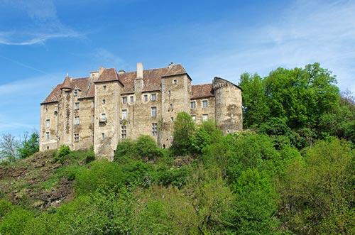 Le château de Boussac domine l'itinéraire du Tour de Creuse à vélo