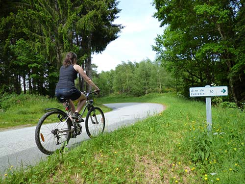 Signalisation sur le Tour de Creuse à vélo proche de Felletin