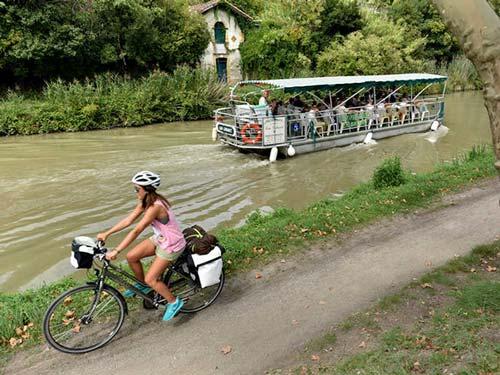 Péniches et vélo sur le Canal des 2 Mers à vélo