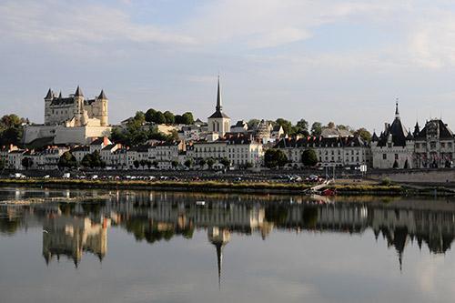 Panorama de Saumur et son château depuis la Loire