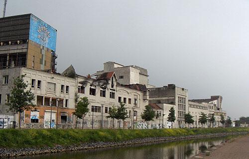 Paysage industriel de l'ancienne brasserie Terken Quai d'Anvers au bord du Canal de Roubaix à vélo