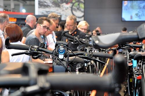 Des visiteurs découvrent de nouveaux modèles de vélos