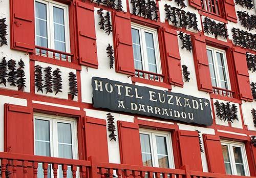 Une façade d'un hôtel à Espelette